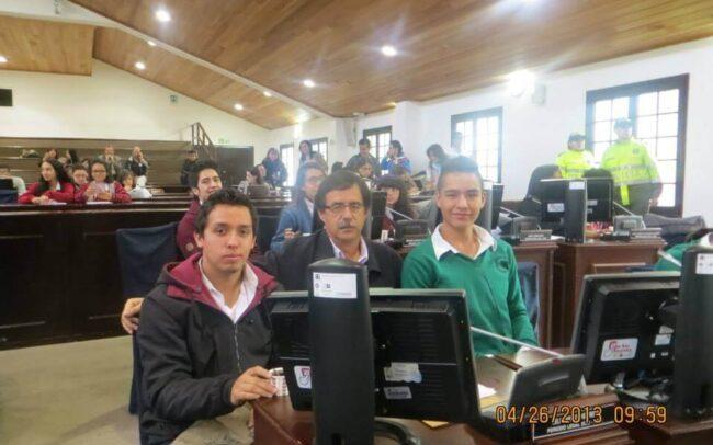 fotografía concejal con estudiantes en el concejo de Bogotá