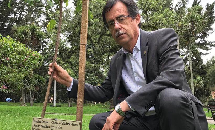 Concejal Celio Nieves en zonas verdes, al lado de un árbol