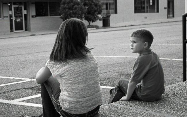 fotografía blanco y negro de dos niños mirándose