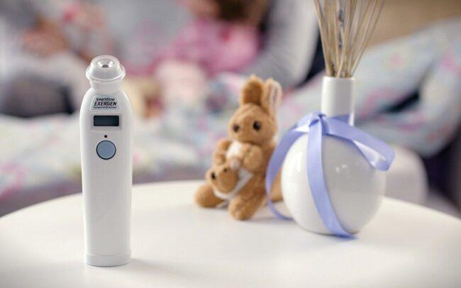 fotografía con conejo de felpa y termómetro para bebes