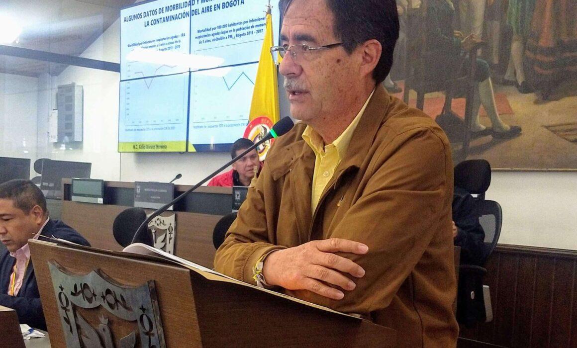 Fotografía del concejal Celio Nieves en un atril