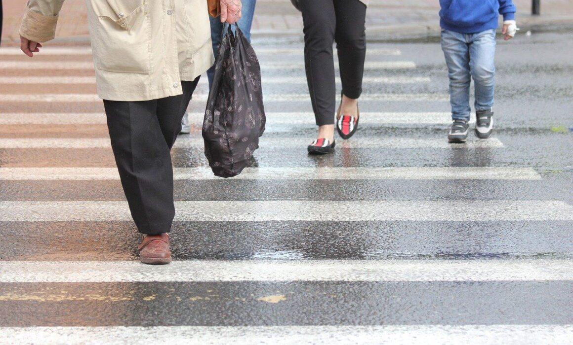 Personas caminando sobre un paso peatonal