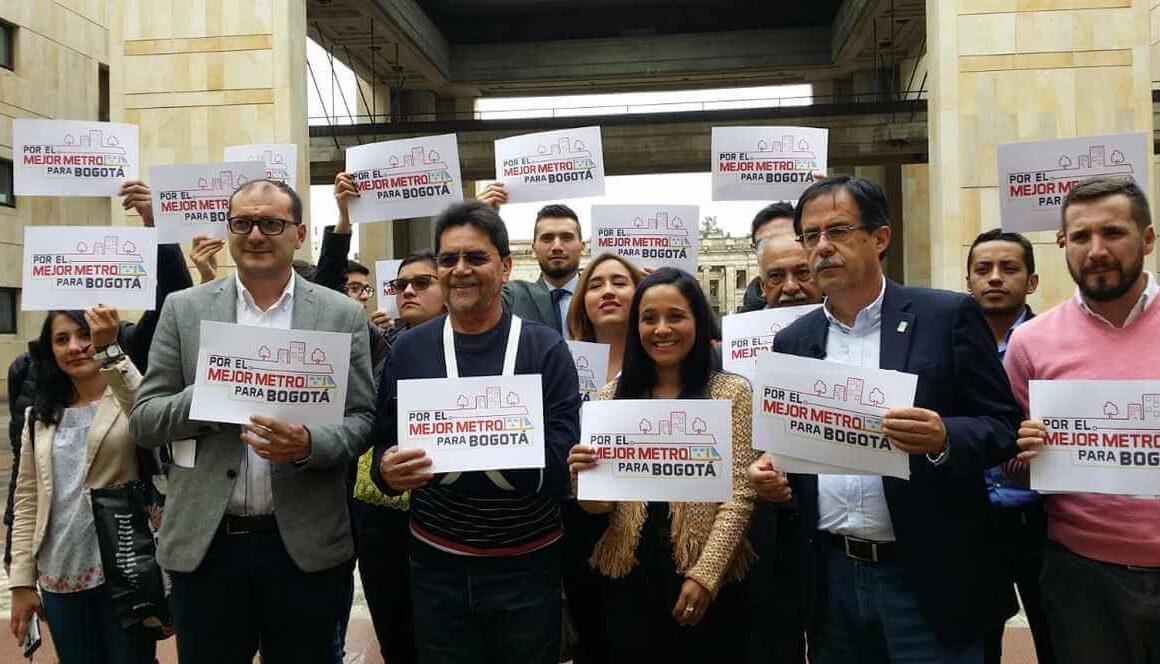 concejales con un letrero que dice: Por el mejor metro para Bogotá