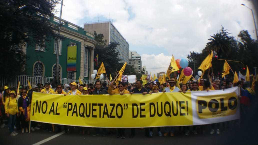 """protesta con el letrero, no al """"paquetazo"""" de duque"""