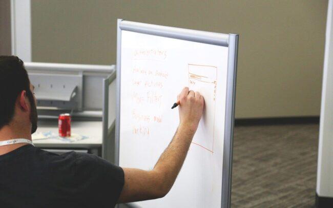 maestro escribiendo en un tablero