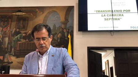 concejal Celio presentado su propuesta en el concejo