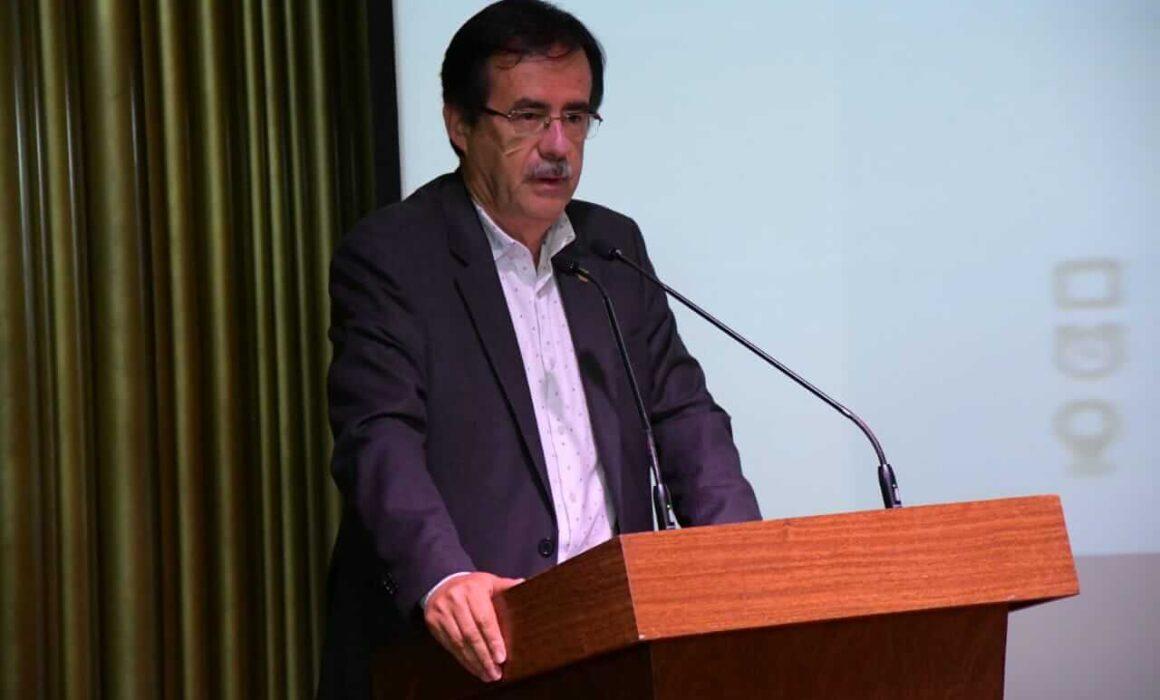 Concejal Celio Nieves en un atril