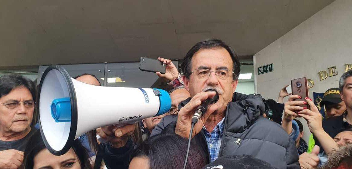Concejal Celio hablando con un megáfono