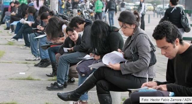 personas desempleadas en Bogotá, llenando formularios en la calle