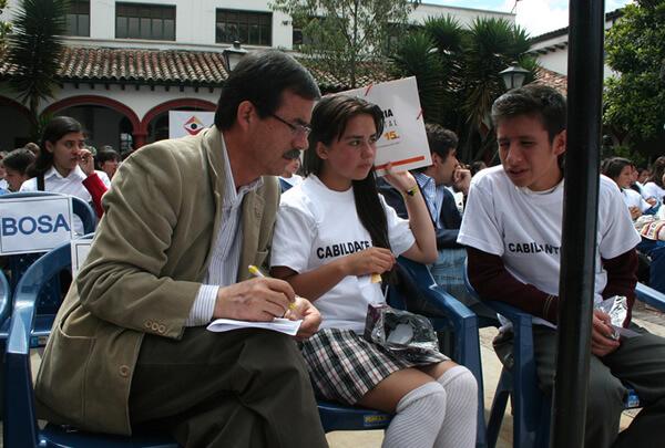 concejal hablando con estudiantes