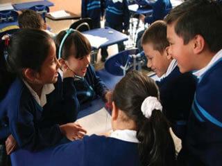 niños en el colegio hablando