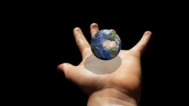 Planeta tierra sobre una mano