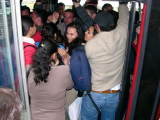 personas tratando de entrar a un transmilenio