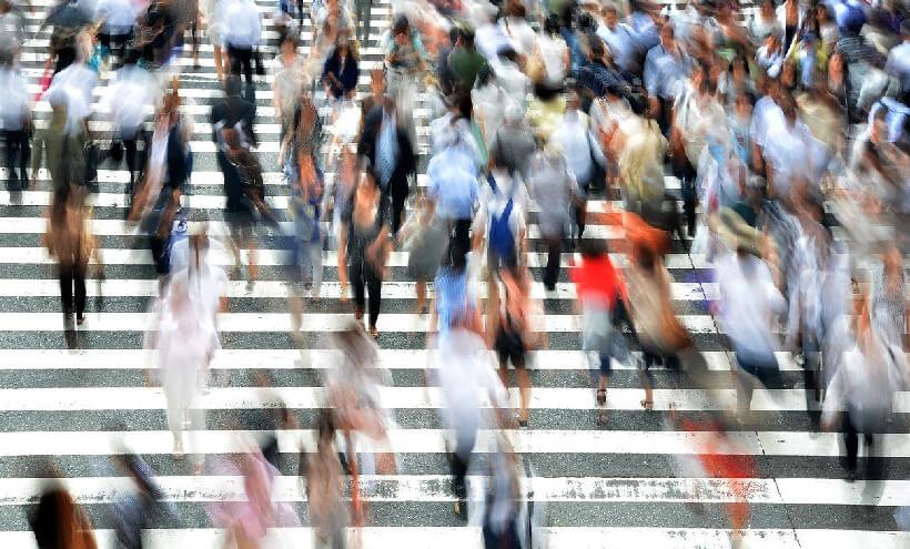 personas caminando sobre paso peatonal